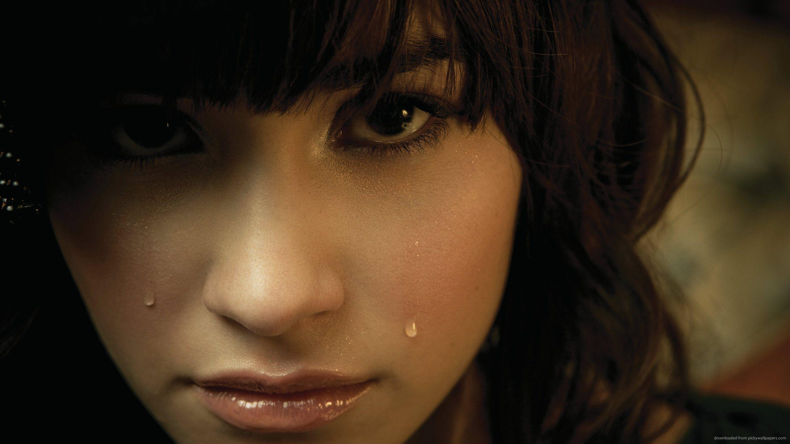 Download 2560x1440 Demi Lovato Crying Wallpapers