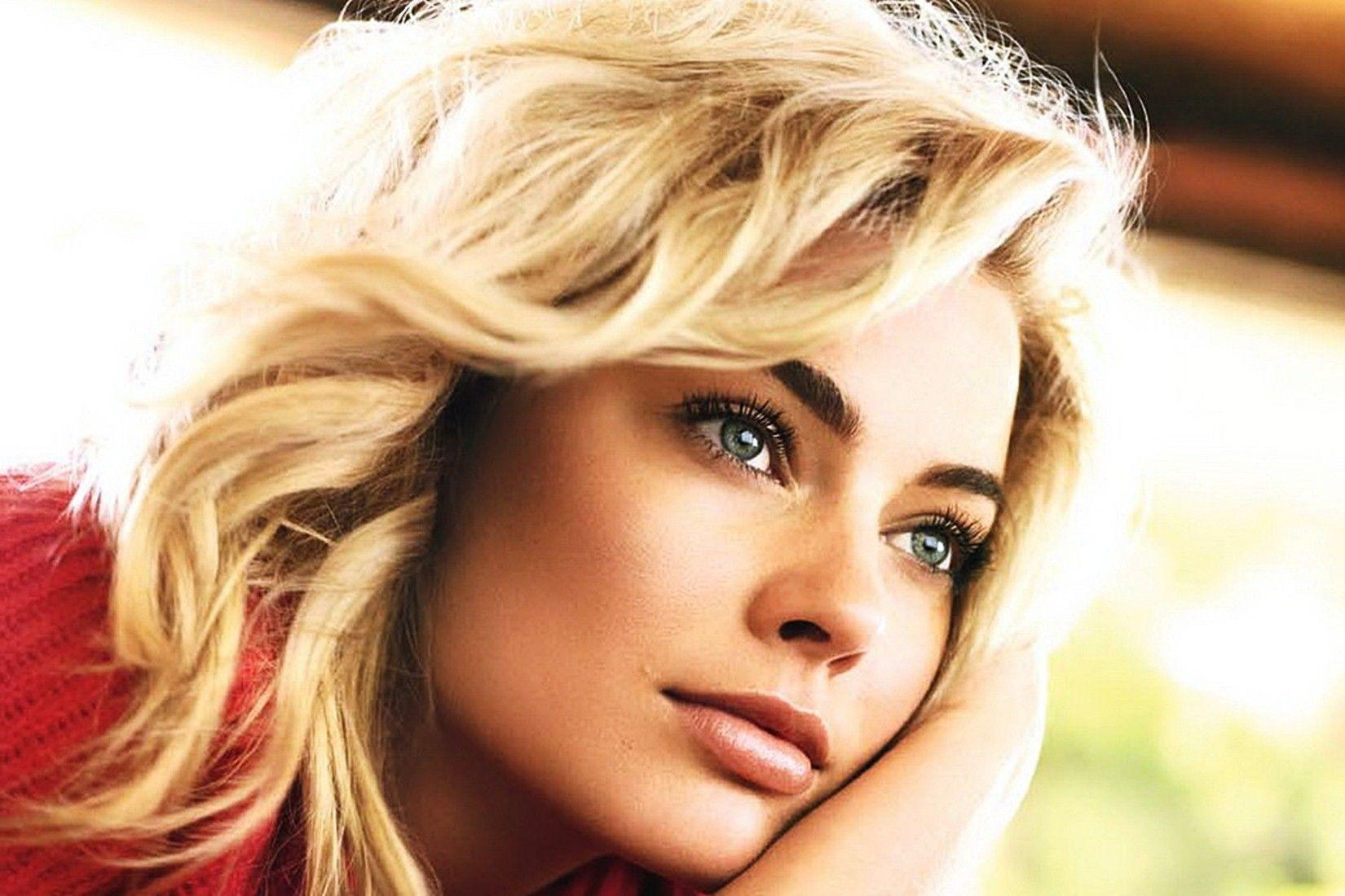 Early life Margot Elise Robbie was born in Dalby Queensland and grew up in the Gold Coast hinterland Her parents are Sarie Kessler a physiotherapist and Doug