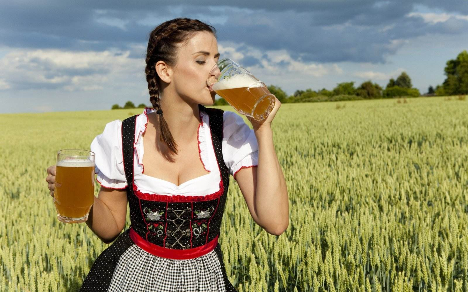 Download Oktoberfest Wallpapers in HD with hot Babe – 2016