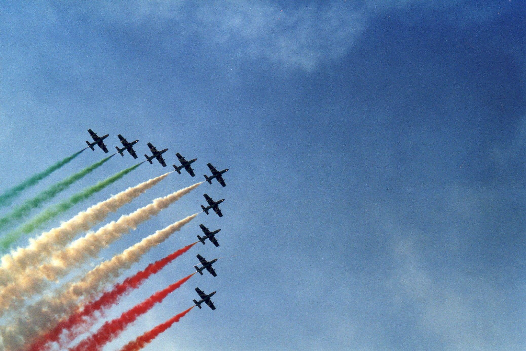 airplanes flags italian italy contrails acrobatics frecce ...