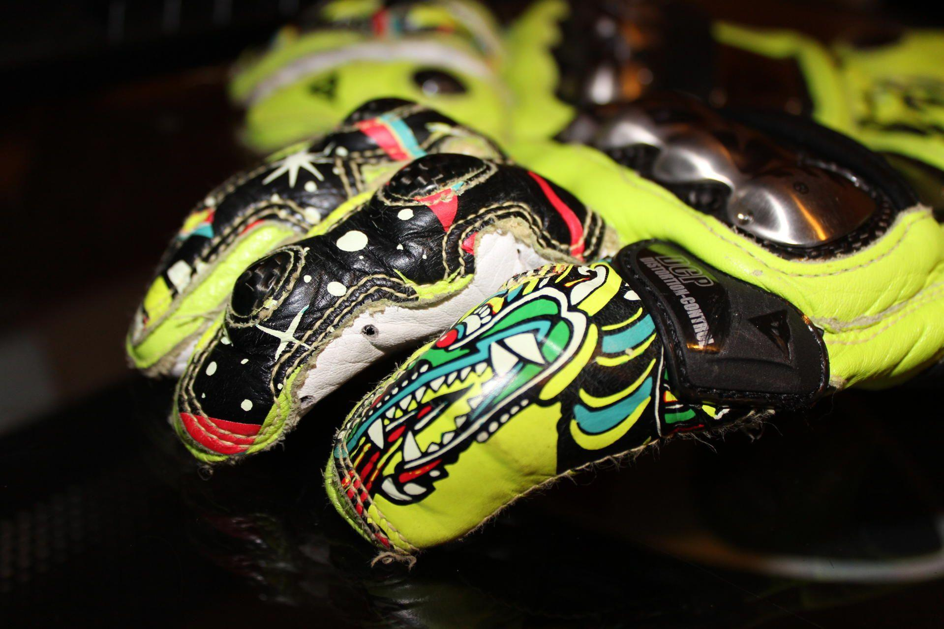 Valentino Rossi Gloves | Moto GP Wallpapers