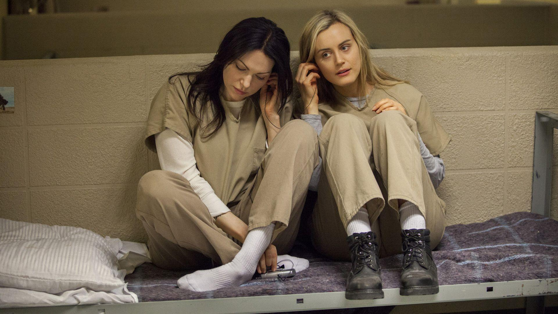 Orange Is the New Black - Alex and Piper are listening to music ...