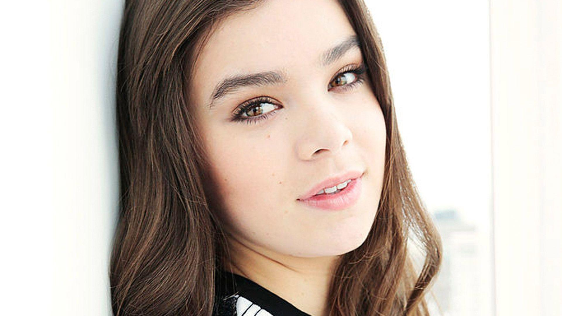 Hailee Steinfeld Sexy Wallpapers