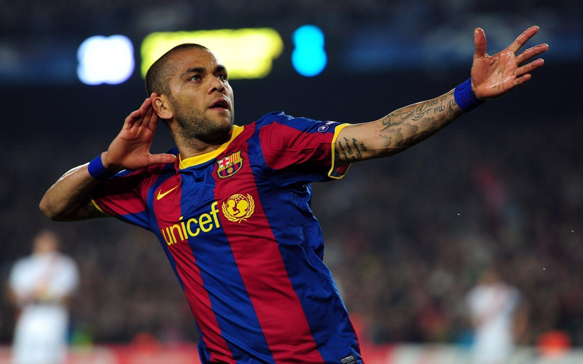 Barcelona: Dani Alves' new deal and the right-back conundrum  Dani Alves Barcelona
