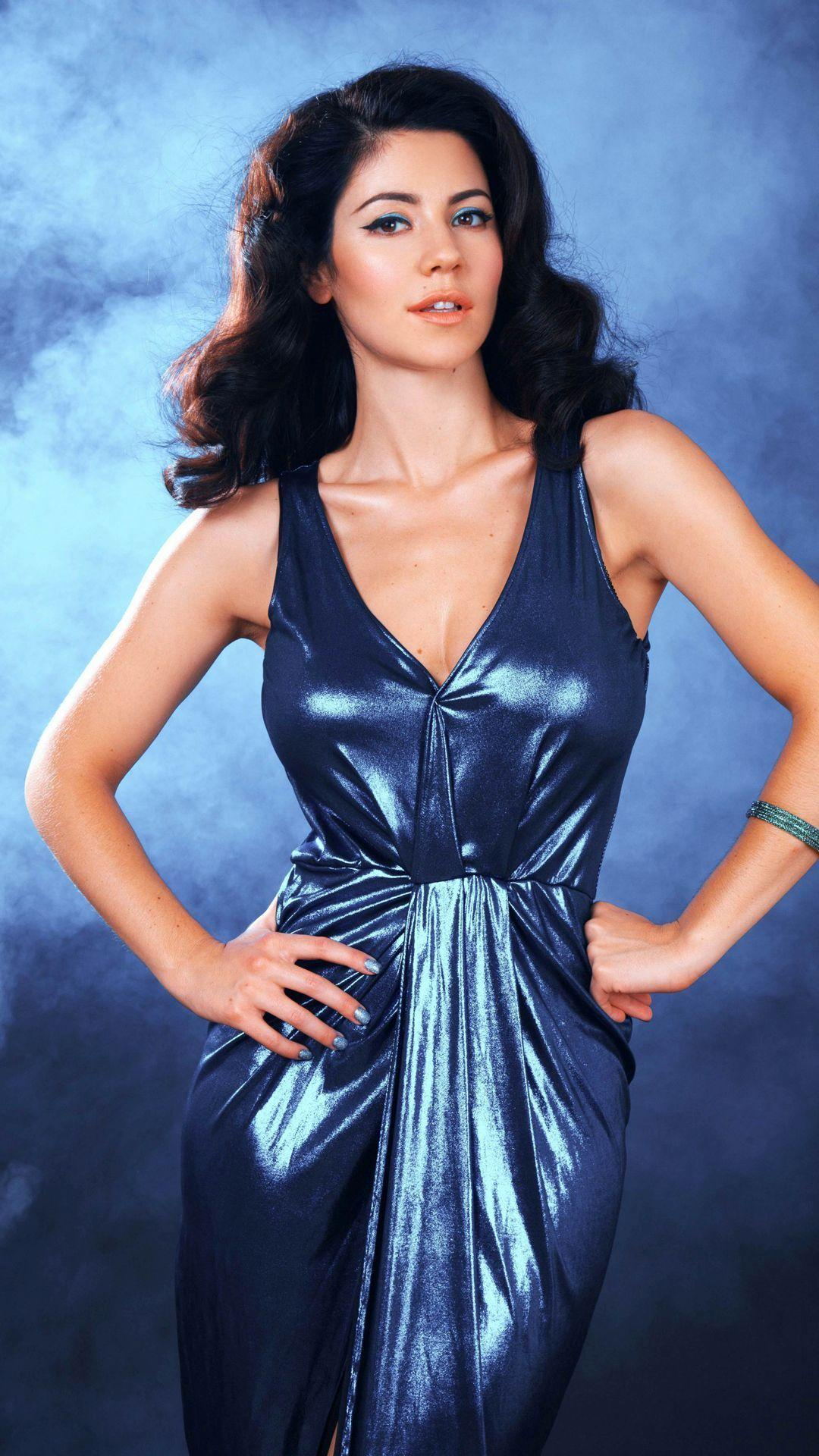 Marina and the Diamonds in a shiny long blue dress Mobile