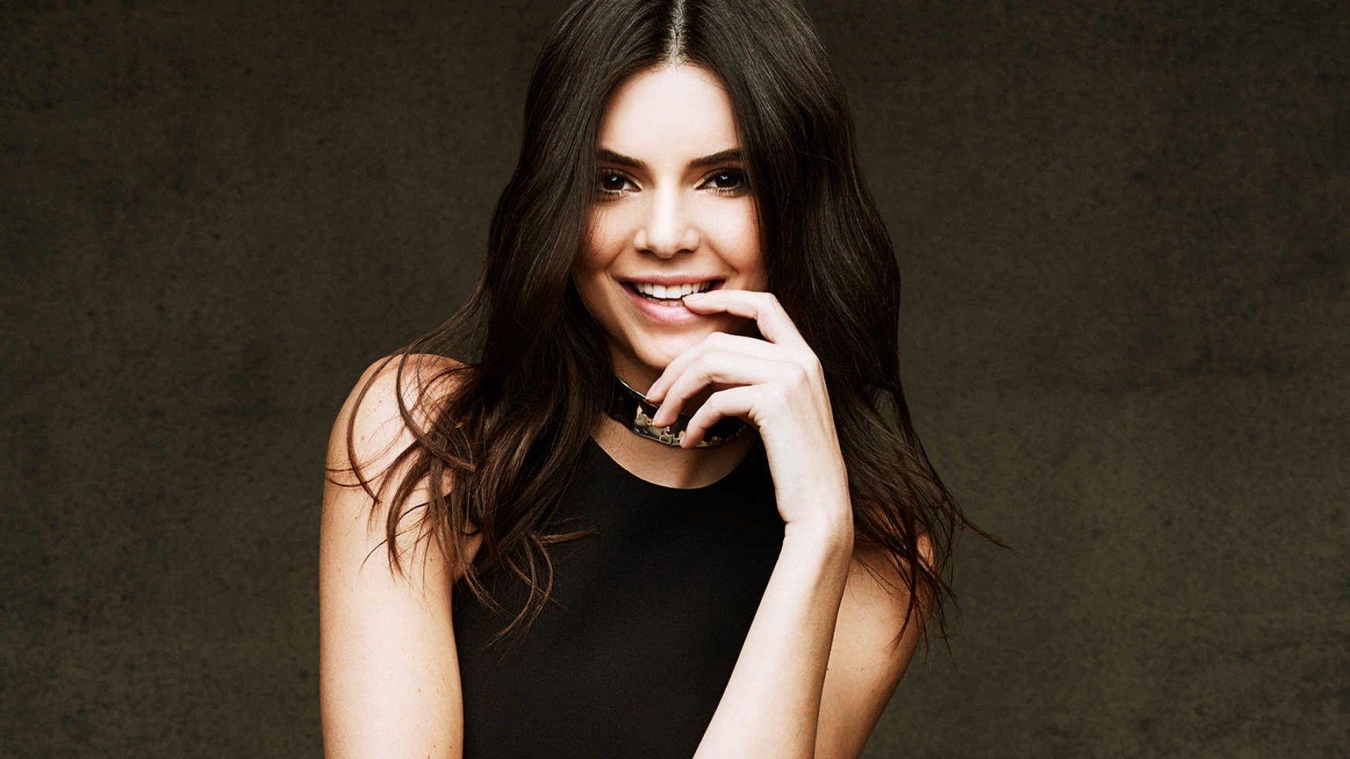 Biografia Kendall figlia di Caitlyn Jenner e di Kris Jenner è di origini olandesi e scozzesi Oltre alla sorella minore Kylie Kendall ha molti fratellastri e