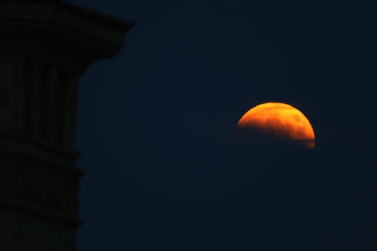 Relive The 'Blood Moon' With These Dazzling Lunar Eclipse Photos ...