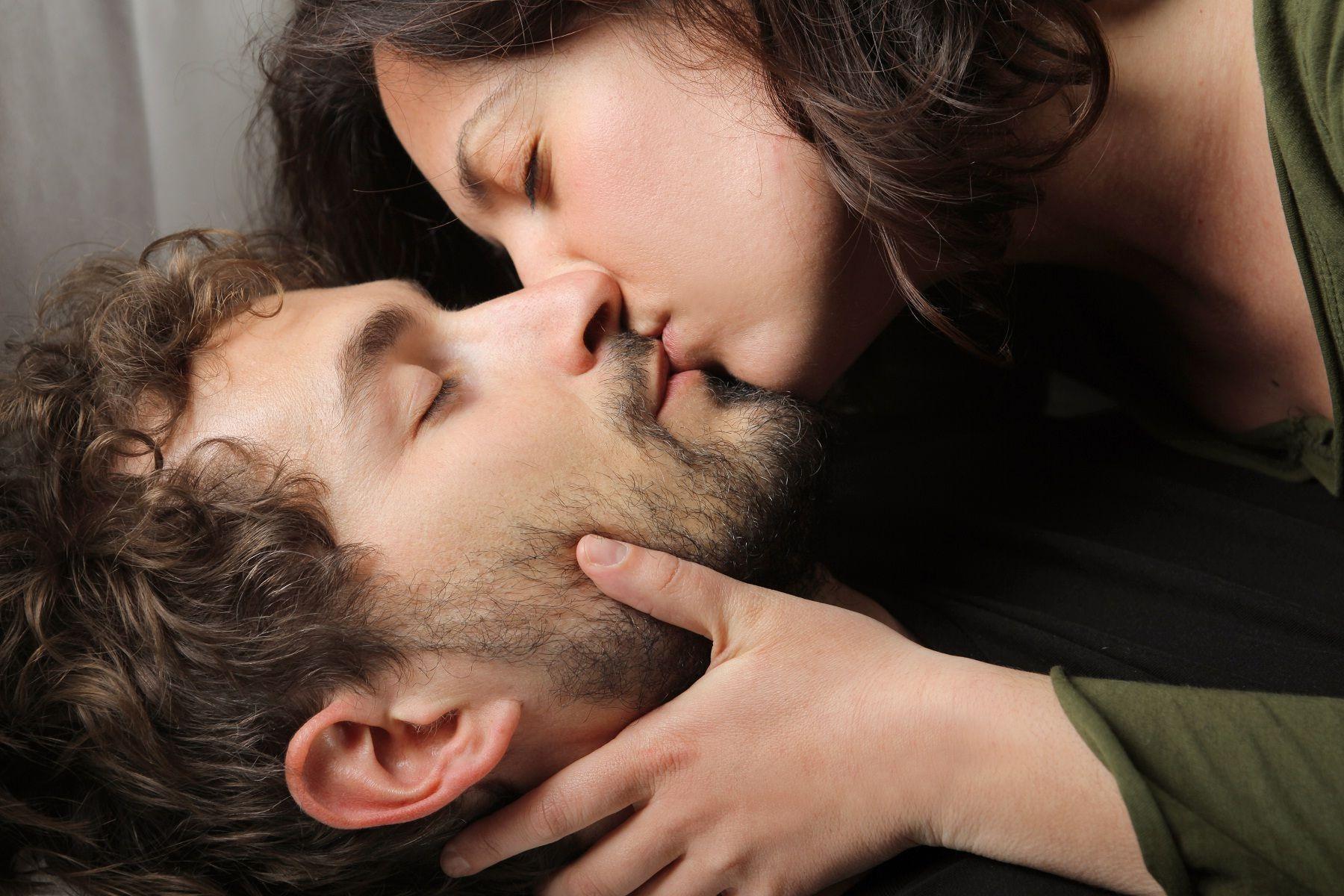 фото красивого поцелуя девушек