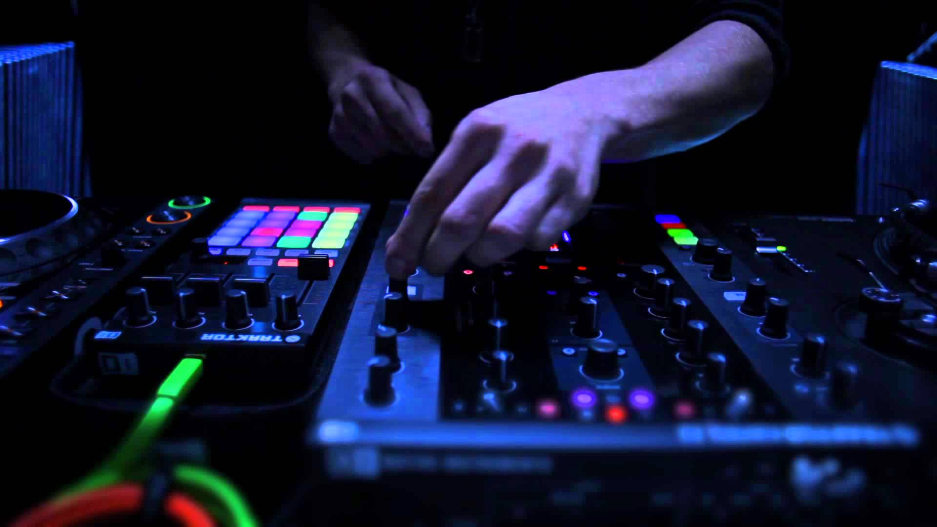 TRAKTOR KONTROL Z2 Sneak Preview Of The 2 Control DJ Mixer