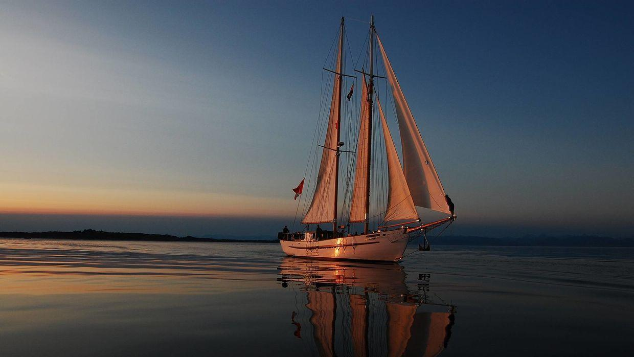 4K HD Yacht sailing away from the sunset Wallpapers & Image