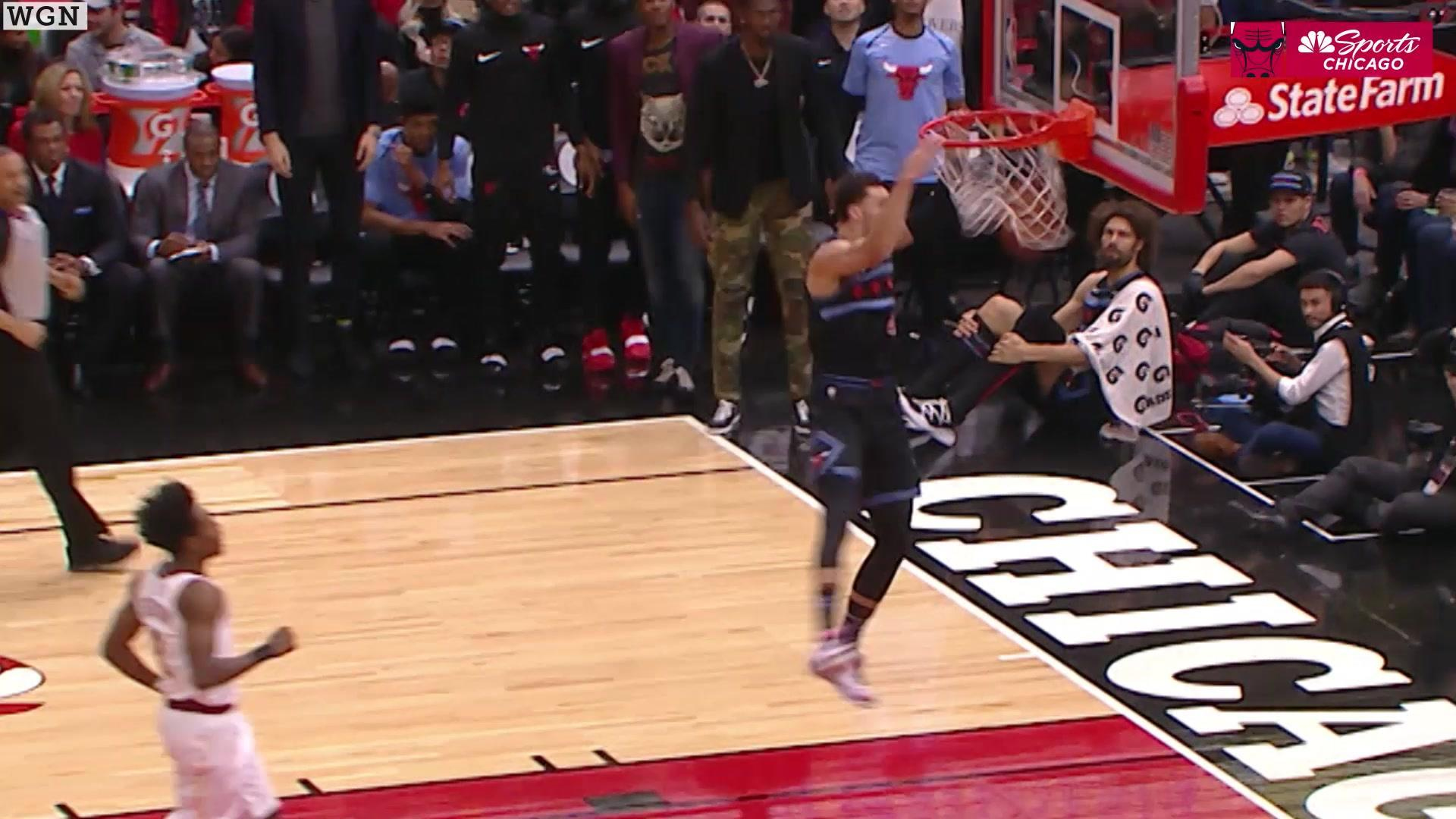 Zach LaVine shows off with 360 jam