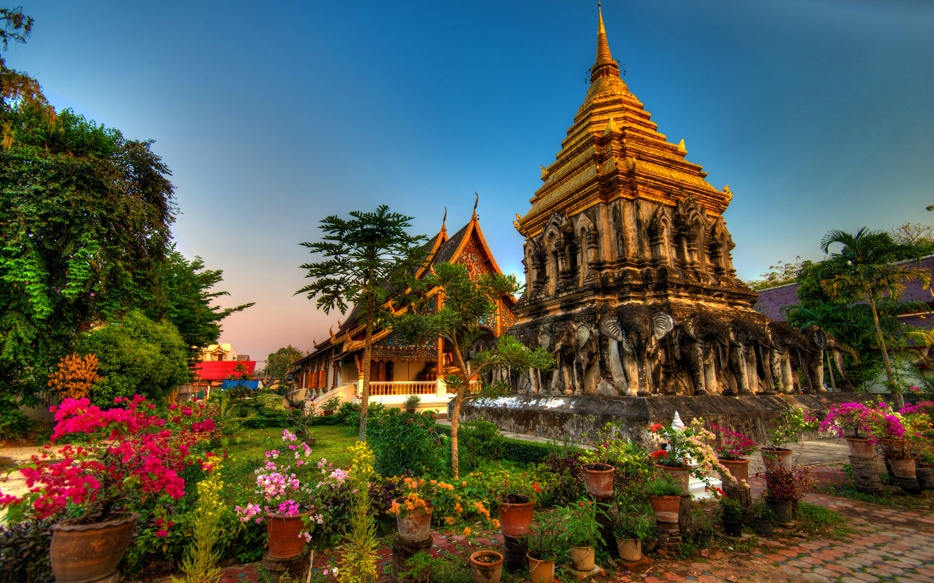 Temple complex in the resort of Chiang Mai, Thailand wallpapers and