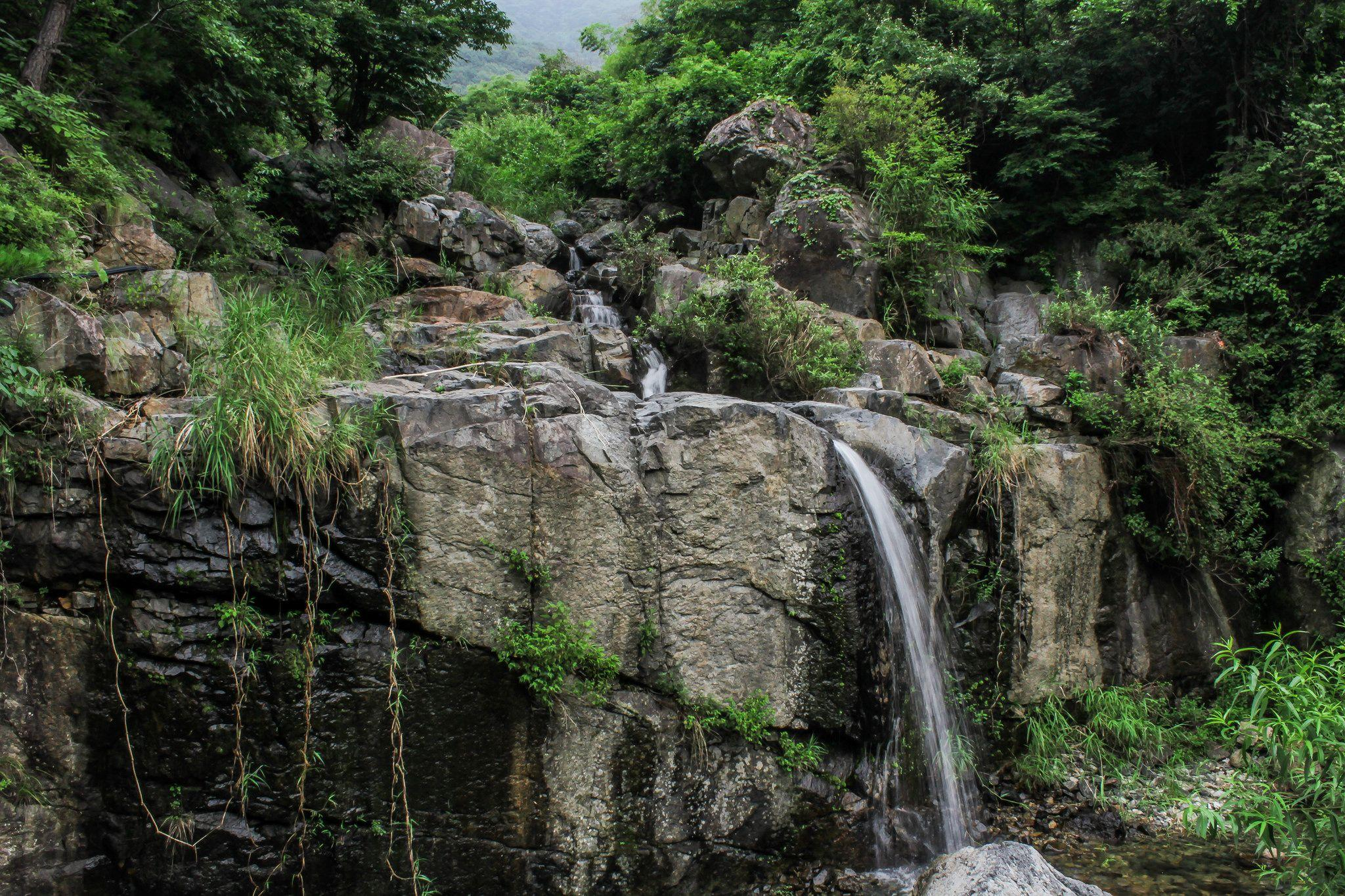 A small waterfall I found in the Korean countryside [OC][2048 x 1365 ...
