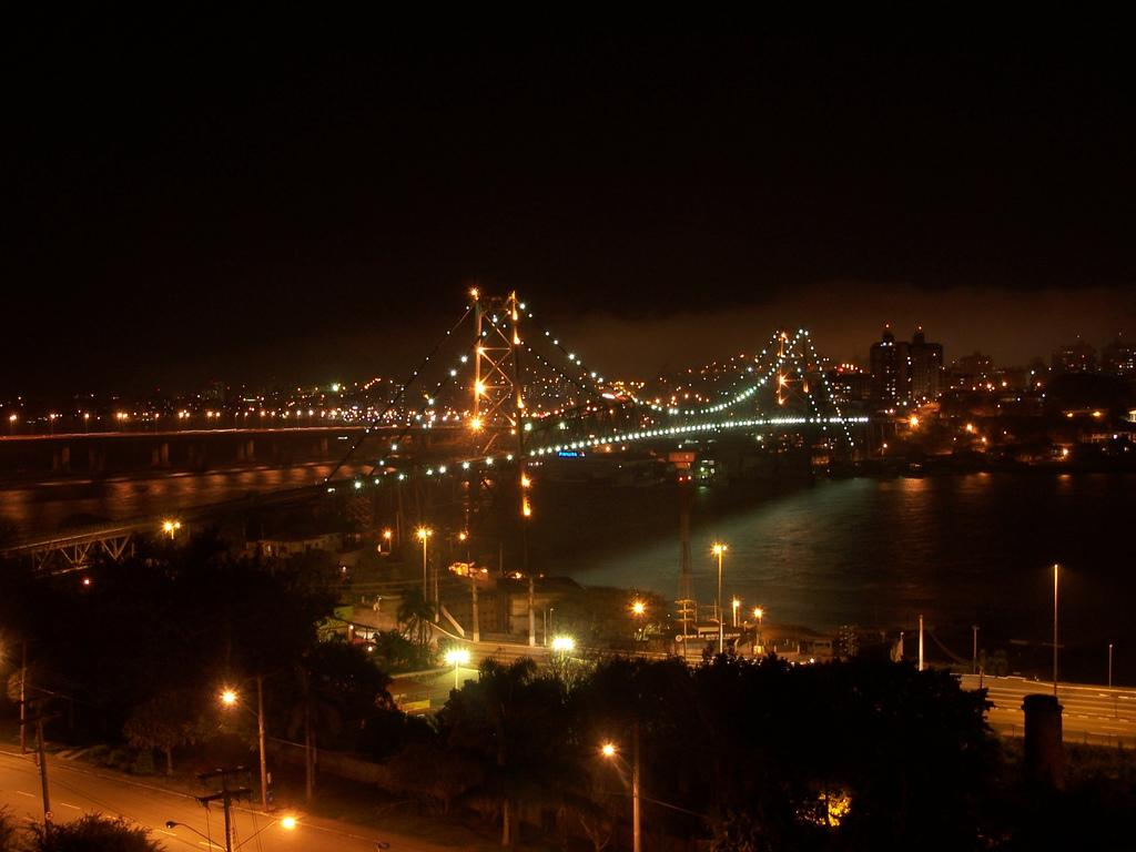 File:Florianopolis HLuz bridge night.jpg - Wikimedia Commons