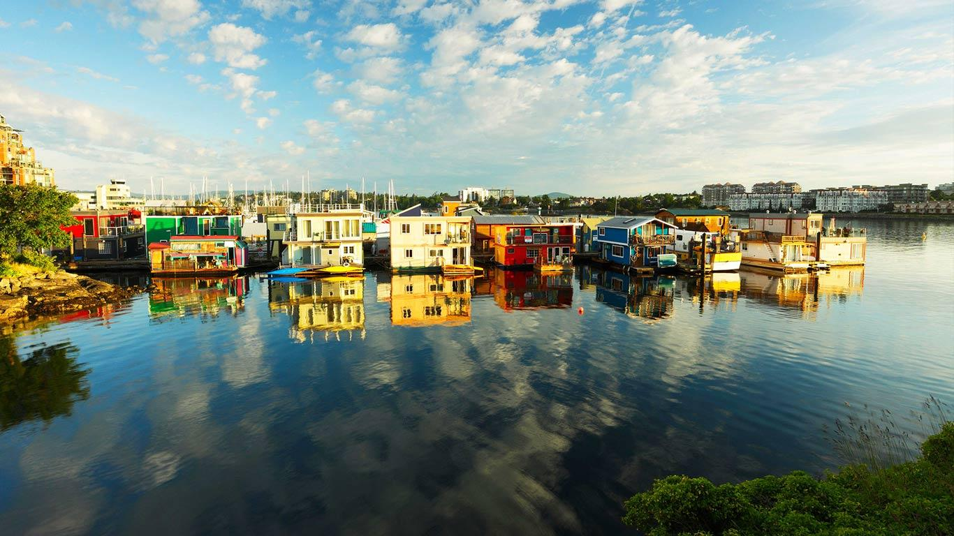Houseboats at Fisherman's Wharf marina, Victoria, British Columbia ...