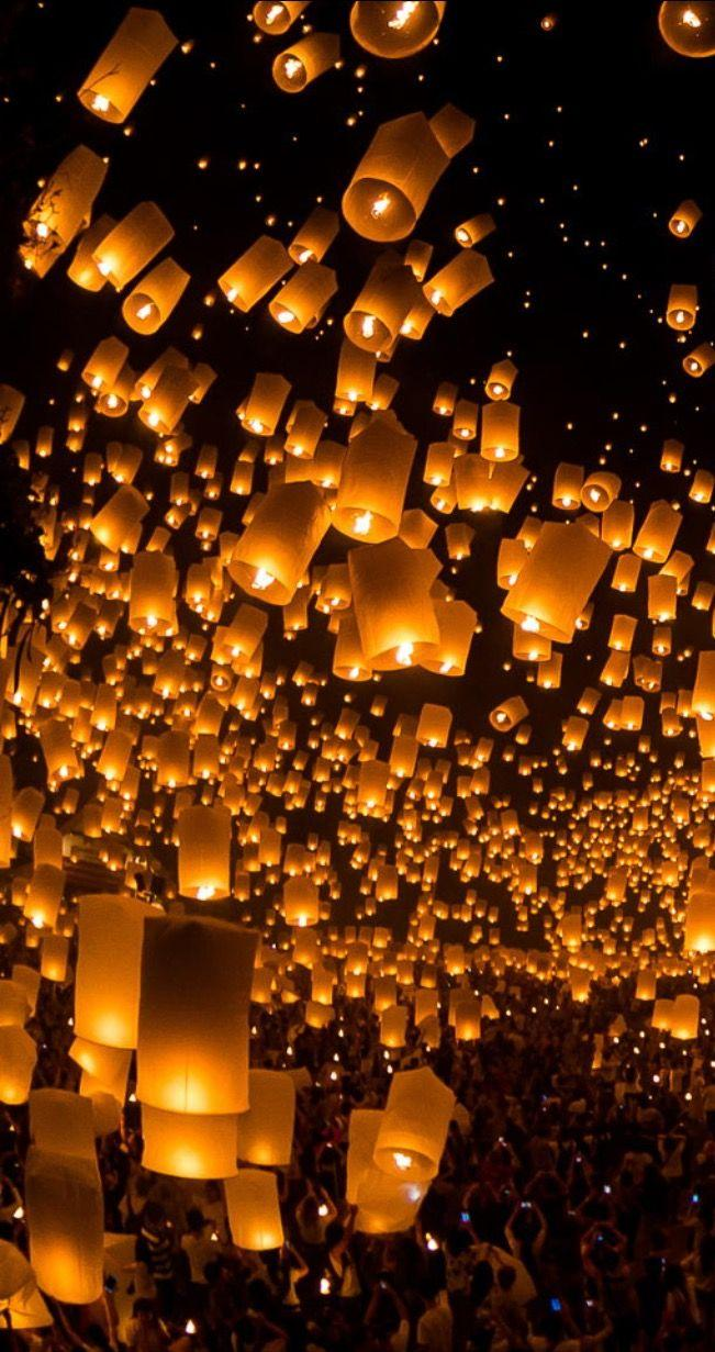 launching sky lanterns by Tassapon Vongkittipong / 500px