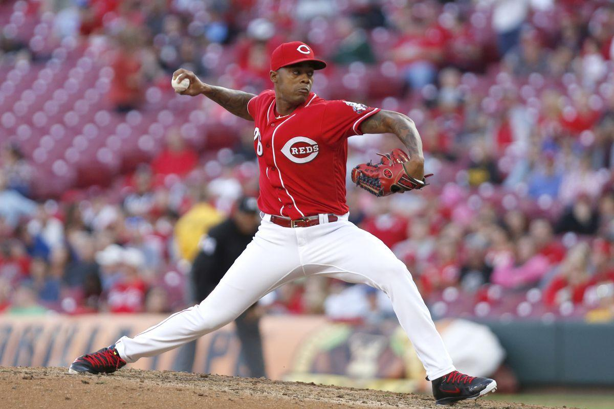 Reds sign Raisel Iglesias to 3