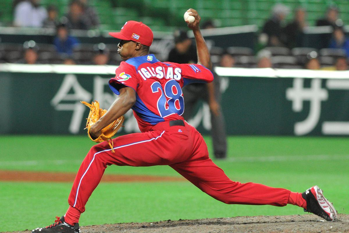 Cincinnati Reds sign Cuban reliever Raisel Iglesias