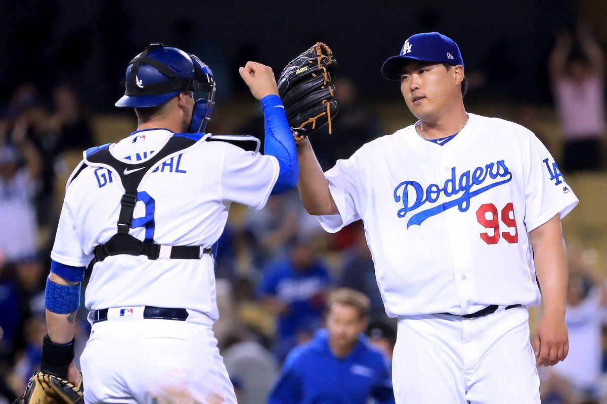 Dodgers extend qualifying offers to Grandal and Ryu