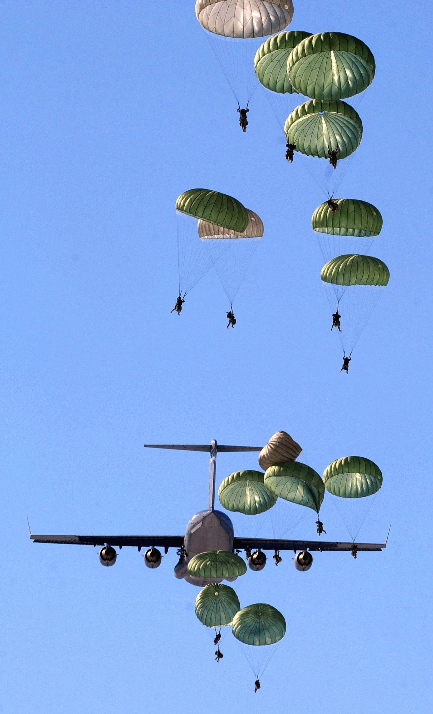 40+ Great Parachuting Photos