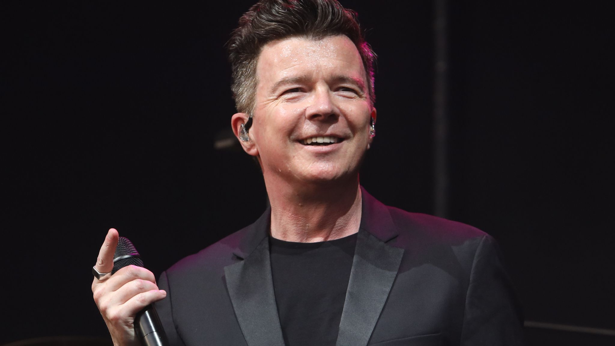 Coronavirus: Rick Astley to play free gig for NHS and emergency
