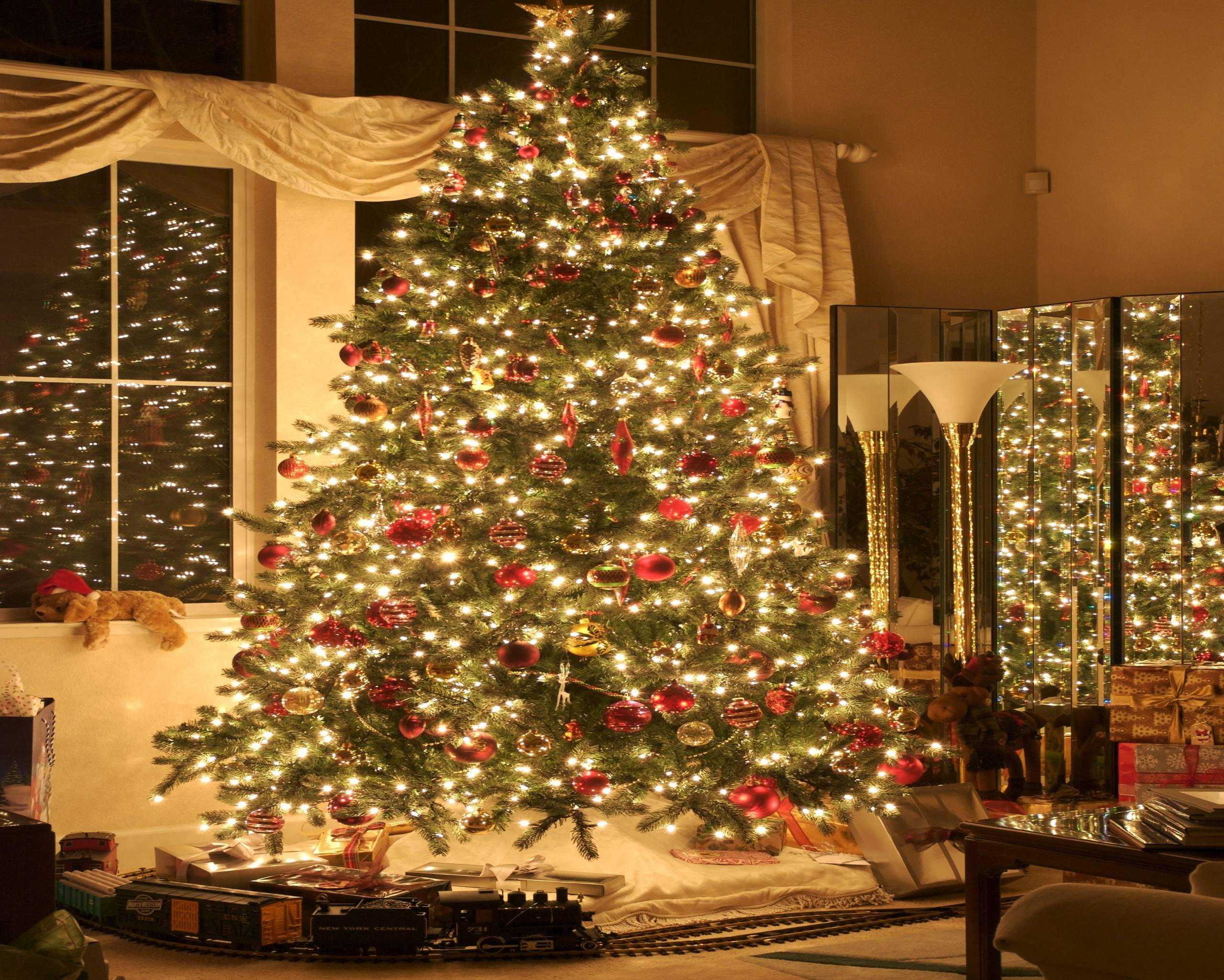 Christmas Tree With Presents Wallpapers 2014 HD